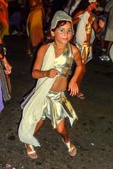2010-02-04 Desfile de Llamadas en Montevideo (53) - Desfile de Llamadas (Parade der Rufe), Karnevalsumzug in Montevideo, Uruguay (mike.bulter) Tags: karneval carnival umzug parade karnevalsumzug child dance dancer desfiledellamadas kind menschen montevideo people southamerica suedamerika taenzer tanz uruguay barriosur ury carnaval