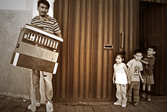 Organista con niños (Harry Szpilmann) Tags: mexico people portrait musico kid monochrome cholula puebla mexique streetphotography