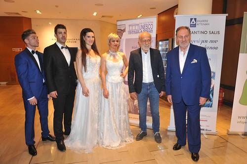03.O δημοσιογράφος Γιώργος Λιάνης και ο συγγραφέας Costantino Salis με τα μοντέλα της σχεδιάστριας μόδας Billy Joe που ήταν στην υποδοχή της εκδήλωσης.