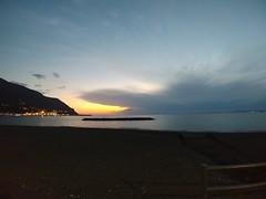 Gli spiragli salvano la vita. Qualunque essi siano. (florrus) Tags: light sunset mare quiete lg sea sky clouds spiraglio figurato luce