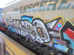 155 (en-ri) Tags: kiro nero azzurro rosso grigio arrow train torino graffiti writing treno merci freght transcereales