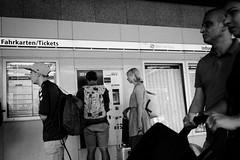 Fahrkarten/Tickets (Art de Lux) Tags: hamburg hauptbahnhof centralstation fahrkarten tickets fahrplan timetable menschen personen people reise travel street candid schwarzweis blackandwhite sw bw artdelux