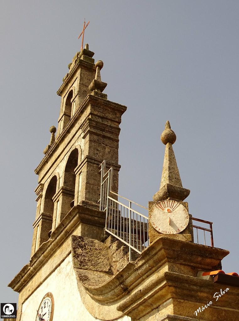 Águas Frias (Chaves) - ... torre sineira da Igreja Matriz e o seu relógio de sol ...