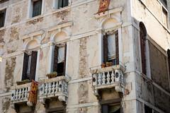 Venezia, Italy (Bela Lindtner) Tags: belalindtner lindtnerbéla nikon d7100 nikond7100 nikkor 18105 nikkor18105 nikon18105 venice venezia velence olaszország italy buildings building architecture építészet épületek épület balcony erkély windows window ablakok ablak outdoor