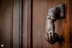 Sur le pas de la porte (Vongravier) Tags: porte rue bois ancien