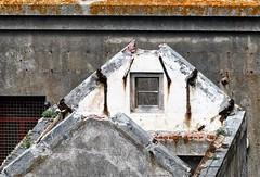 waar blijft de dakwerker ? (roberke) Tags: window raam venster vervallen verwaarloosd house huis gebouw outdoor buiten beton concrete roest veroest stenen stones wit white urbex