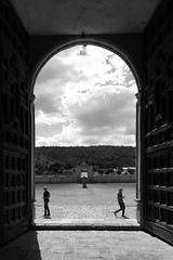 Vista al atrio y a la historia (Marcos Núñez Núñez) Tags: arco atrio contraste silhouette silueta streetphotography canoneosrebelt5 streetphotographer oaxaca teposcolula contraluz