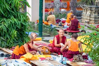 The meal .Le repas des moines..  Mahabodhi Temple.Unesco ...India