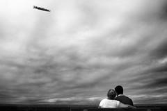 Publicité aérienne (marwib_) Tags: couple amoureux noiretblanc borddemer nuages publicité aérienne ciel blackandwhite bw clouds sky pause détente bancpublic vacances publicitéaérienne pub avion avionpublicitaire cielnuageux