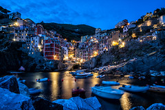 Riomaggiore (Cinque Terre) bei Nacht (stefangruber82) Tags: italy italien cinqueterre sunset village colorful bunt häuser houses night lights lichter