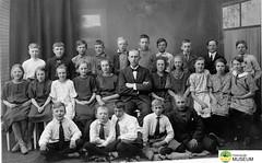 tm_5444 - Tidaholm, Västergötland (Tidaholms Museum) Tags: svartvit positiv gruppfoto människor skola skolelever lärare