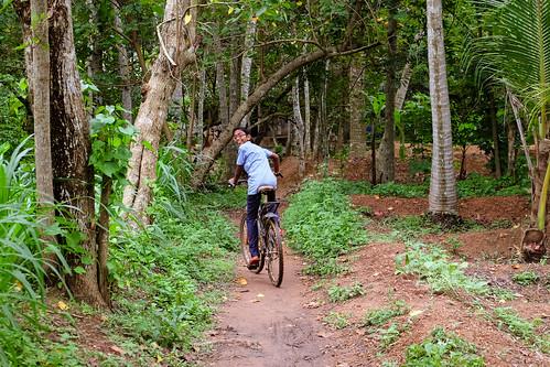 N. ci fa da guida per arrivare a casa sua. Kerala, India, 2018