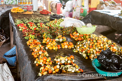 Enjoy the colour, and the taste (10b travelling / Carsten ten Brink) Tags: 10btravelling 2018 abengourou abenguru africa africaine african afrika afrique akan carstentenbrink cotedivoire elfenbeinkueste iptcbasic ivorian ivorycoast westafrica africain chili chilli cmtb ivoirien ivoirienne market peppers tenbrink vegetables