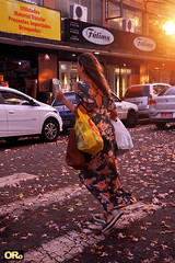 Spring time (Otacílio Rodrigues) Tags: mulher woman rua street carros cars lojas stores placas signs flores flowers ostara primavera spring bolsas bags faixadepedestre crosswalk travessia walking sol sun reflexos reflections ipêroxo candid streetphoto urban resende brasil oro