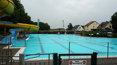 Freibad Dornberg im Regen (do25mi02nik85) Tags: bielefeld nrw ostwestfalen owl freibad dornberg wasser schwimmen rutsche blau gelb regen wetter