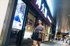 Friday night (人間觀察) Tags: street streetphotography photography sony sonyrx1r rx1rm2 rx1r candid city night people girls travelling 35mm f2 wideopen offfinder 街拍 街道 hongkong hk kowloon