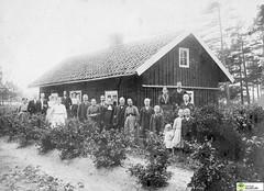 tm_5437 (Tidaholms Museum) Tags: svartvit positiv gruppfoto människor stuga exteriör byggnad midsommar 1913