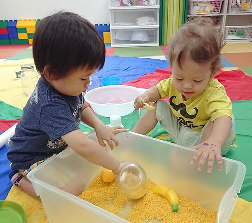 Sensory play for our Daycare program (ages 1-2) ⭐️ #tokyo #daimon #hamamatsucho #minatoku #sensoryplay #toddlers #friends #cutekids #東京 #幼稚園 #保育園 #英語育児 #仲良し #大門 #浜松町 #楽しい