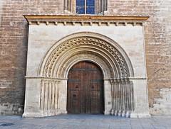 Puerta de la Almoina de la Catedral de Santa María - València (Kiko Colomer) Tags: francisco jose colomer pache kiko valencia valence catedral arte romanico portal almoina plaza entrada lateral palau porta