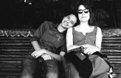 L'amoureux. Parc de Belleville, Paris, France (Roland de Gouvenain) Tags: young lovers bench banc parcdebelleville belleville paris france amoureux
