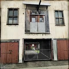 Entrée, sortie : Va savoir !... (woltarise) Tags: ruelle montroyal plateau montréal couleurs hipstamatic streetwise iphone7 bâtiment shed