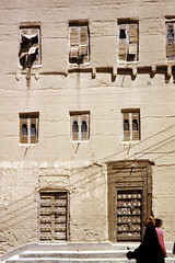 Traditional house (motohakone) Tags: jemen yemen arabia arabien dia slide digitalisiert digitized 1992 westasien westernasia ٱلْيَمَن alyaman kodachrome paperframe