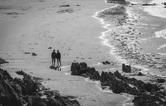 27082018-586A9660 (LIL Scarab) Tags: canon eflens ef135mmf2lusm france bretagne beach bw bnw picoftheday couple walkingaway balade 5dmarkiv canonfrance canonphotography locquirec primelens contrast ff 24x36