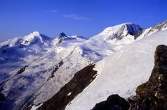 Estate 1992: alpinismo sulle Alpi Svizzere (giorgiorodano46) Tags: agosto1992 august 1992 giorgiorodano analogica vallese valais wallis alpi alpes alps alpen svizzera suisse schweiz switzerland swissalps fotoanalogica alpinismo alpinism mountain landscape