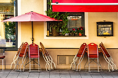 Das Stadtviertel, wo ich lebe (46) (Janos Kertesz) Tags: münchen munich bavaria bayern maxvorstadt old chair table wood outdoors house color relax empty architecture furniture street sit