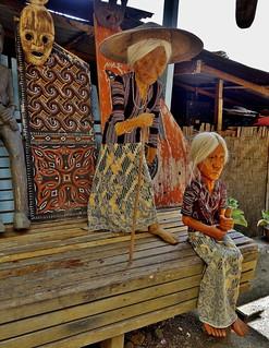 INDONESIEN; SULAWESI, Tanah Toraja , in Lemo , Puppen,   INDONESIA, SULAWESI, Tanah Toraja, in Lemo, life-sized dolls (modeled on the real dead). 17610/10618