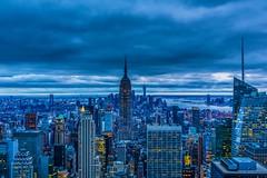 Der Himmel über New York / Sky over New York City (trombone65 (PhotoArt Laatzen)) Tags: newyorkphotography blauestunde blickübernewyork aussichtsplattform thecitywoneverspleeps usa nyc ny newyork newyorkcity rockefellercenter topoftherock
