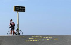 CICLISTA AL COLL DE BANYULS (Joan Biarnés) Tags: altempordà empordà girona catalunya paisatge paisaje 268 panasonicfz1000 colldebanyuls