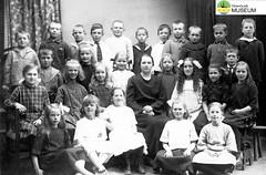 tm_5443 - Tidaholm, Västergötland (Tidaholms Museum) Tags: svartvit positiv gruppfoto människor skola skolelever lärarinna