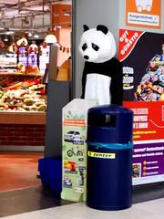 Bedrohte Arten (h.d.lange) Tags: berlin tempelhof supermarkt panda pandakostüm mülleimer abfalleimer plakat eingang einkaufskorb unscharf