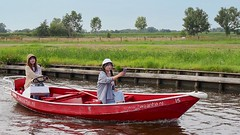 (andzwe) Tags: giethoorn dutchvenice boat tourists smartphone panasonicdmcgh4 summer 2018 eyecontact zwaantje fluisterboot chinese hollandsvenetië overijssel wheel atthewheel roer aanhetroer netherlands nederland