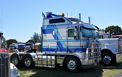 Kenworth K104 (quarterdeck888) Tags: trucks photos truckphotos australiantrucks outbacktrucks workingtrucks primemover class8 overtheroad interstate frosty quarterdeck jerilderietrucks jerilderietruckphotos flickr bdoubles lorry bigrig highwaytrucks interstatetrucks nikon truck kenworth kenworthclassic kk kenworthclassic2018 truckshow truckdisplay workingclasstrucks noprizes bigcab
