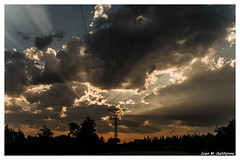Guerra de luz... (Juan M. Galiñanes) Tags: españa spain zaragoza cielo sky horizonte skyline rayos atardecer sonnenuntergang puestadesol sunset nubes clouds campo fields brillosolar verano summer kitlense nikon 1855mm amateur