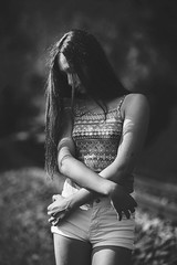 Celia - 18 (Lt. Sweeney) Tags: bn bw monochrome monocromo monocromático mono desaturado escaladegrises blanco negro black white sincolor iluminaciónnatural luznatural luzambiental sinflash noflash sesión sesiónfotográfica book reportaje shooting outfit modeling model modelo modella teen quince quinceañera young youth joven juventud guapa cool cute sweet pretty joli beau beautiful gorgeous preciosa precious shorts encuadre vertical encuadrevertical manos hands arms brazos dof depthoffield profundidaddecampo desenfoque blur gente airelibre exterior canon adobephotoshopcc contraste