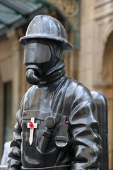 Citizen Fireman Statue. (Paris-Roubaix) Tags: citizen fireman bronze statue gordon street glasgow central station poppy remembrance cross nyfd 343 new york fire department