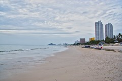 Cloudy morning at the beach in Hua Hin, Prachuap Khiri Khan, Thailand (UweBKK (α 77 on )) Tags: clouds cloudy morning early sky grey gray water beach gulf sea ocean sand hua hin huahin prachuap khiri khan province thailand southeast asia sony alpha 77 slt dslr