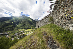 Susch, Unterengadin, Graubünden, Schweiz (graubuenden.bilder) Tags: susch burg fortezza chaschinas unterengadin historischerort holzlanzen graubünden schweiz ch