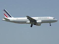 F-HBNH, Airbus A320-214, c/n 4800, Air France, ORY/LFPO 2018-05-06, short finals to runway 06/24. (alaindurandpatrick) Tags: fhbnh cn4800 a320 a320200 airbus airbusa320 airbusa320200 minibus jetliners airliners af afr airfrans airfrance airlines ory lfpo parisorly airports aviationphotography