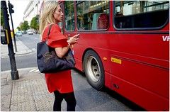 Symphony in Red (Steve Lundqvist) Tags: persone ritratto street road crossroad streetphotography strada sidewalk english london londra inghilterra england uk britain british life mood location people atmosphere lifestyle shooting leica q cellulare cell telephone candid girl attractive hair model ambiance seductive cute boudoir posh beau hairstyle frame pose posed chat chatting texting text blonde red color rosso bag bus dress fashion