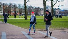 Miradas / Looks [Amsterdam Atmosphere] (233/365) (Walimai.photo) Tags: colour color green verde couple pareja amsterdam holanda holland netherlands park parque street calle candid robado portrait retrato nikon d7000 nikkor 35mm