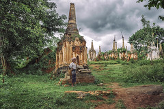 Indein (CARLORICCI) Tags: villaggiodiindein indein birmania myanmar carlo carloricci nikon nikond810 riccarlo nikkor nikkor2470mmf28gedafs oןɹɐɔcarlo ©copyright carl㋡ burma inlelake lagoinle woman stupa stupaforest people shanstate