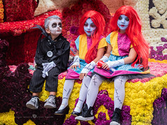 pequeños monstruos (Juan Ig. Llana) Tags: laredo cantrabria españa es batalladeflores disfraz monstruo frankenstein noviacadaver peluca flores carroza color desfile explore