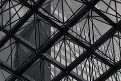 20180722-DSC4828 (A/D-Wandler) Tags: berlin deutschland kudamm blackandwhite bw schwarzweis fassade struktur fenster hochhaus überlagerung himmel wolken geometrisch oberlicht architektur symmetrie linien atrium einfarbig
