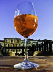 Italian summer (Kat-i) Tags: murano venedig getränk drink sommer summer aperolspritz häuser buildings glas glass weinglas nikon1v1 kati katharina 2018