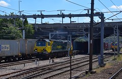 Freightliner 70014 waits on a short layover at Ipswich Yard, with the Coatbridge - Felixstowe North Intermodal, behind is 66555 on the Trafford Park - Felixstowe North, after relieving the 2 x Class 86s. 01 08 2018 (pnb511) Tags: intermodal suffolk freightliner class66 loco locomotive trains class70 ipswichtopyard engine diesel train engines diesels londonroad bridge ohc electric