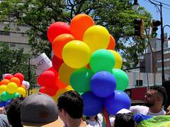 Globos multicolores/ Multi-colored balloons (vantcj1) Tags: persona retrato globos colores multicolor urbano marcha manifestación desfile igualdad diversidad orgullo gay lgbti personas multitud semáforo poste
